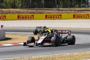 Kevin Magnussen, Haas VF-20, Esteban Ocon, Renault F1 Team R.S.20