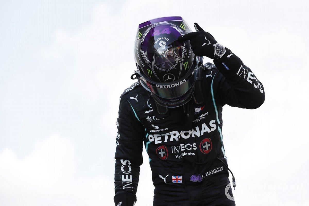 Lewis Hamilton, Mercedes-AMG Petronas F1, festeggia la vittoria al parc ferme, e punta lo sticker di Black Lives Matter