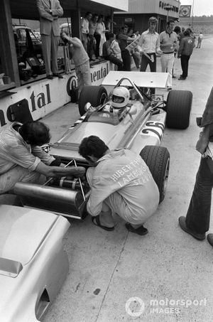 Los mecánicos trabajan en el March 701 Ford de Hubert Hahne