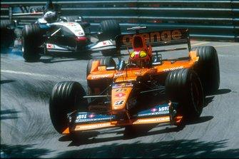 Enrique Bernoldi, Arrows A22 Asiatech leads David Coulthard, Mclaren MP4-16