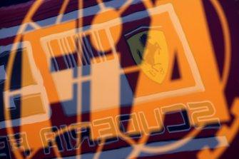 El logo de Ferrari reflejado en el camión de la FIA