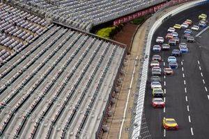 Renn-Action vor leeren Tribünen: Joey Logano, Team Penske, Ford Mustang, führt