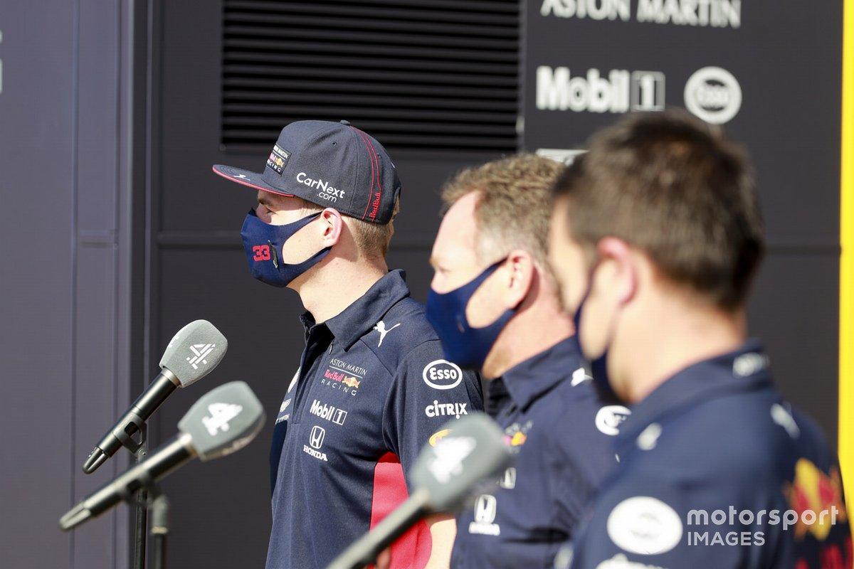 Max Verstappen, Red Bull Racing y Christian Horner, director del equipo, ante los medios