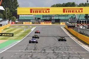 Les pilotes s'alignent à la fin de la session pour s'entraîné sur leur départ