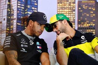 Lewis Hamilton, Mercedes-AMG Petronas F1, en Daniel Ricciardo, Renault F1, in de persconferentie