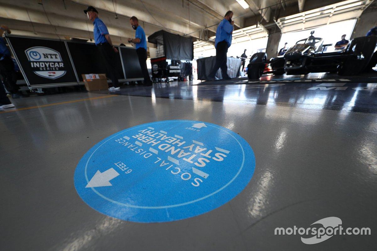 Una calcomanía de distanciamiento social en el piso del garaje