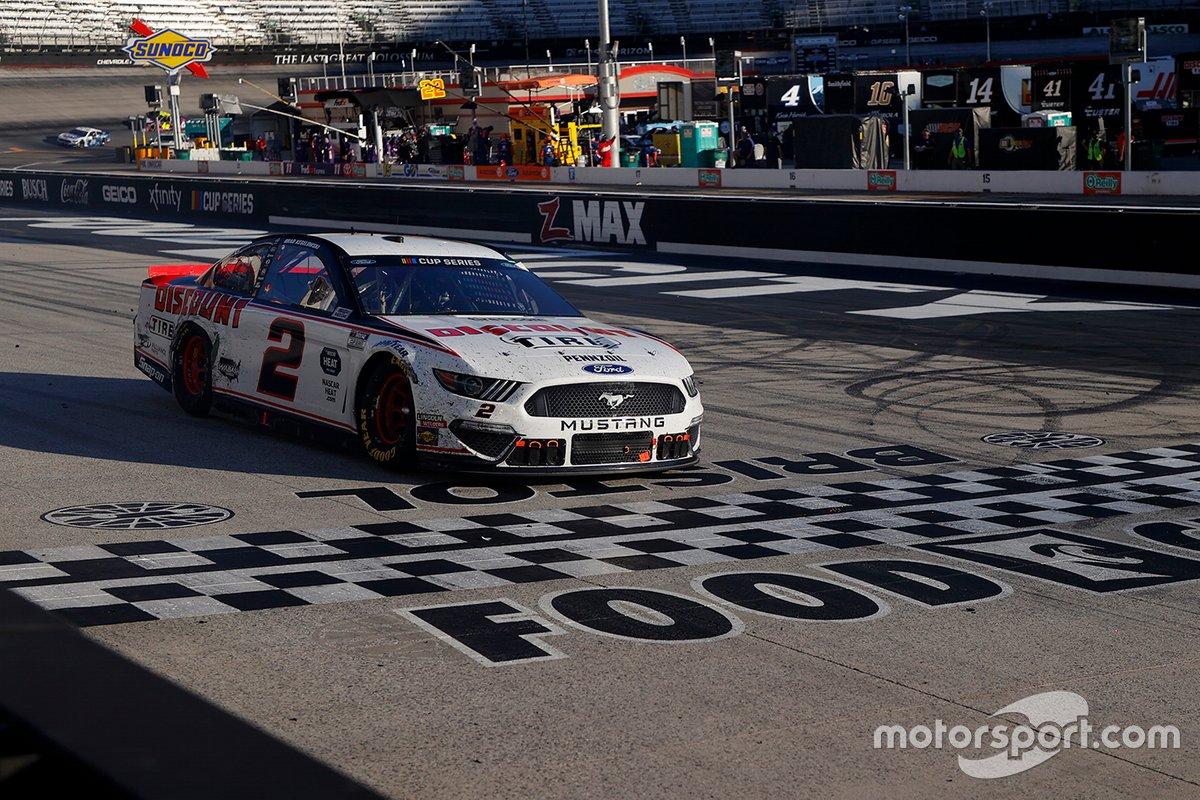 Brad Keselowski, el equipo Penske Ford cruza la línea de meta