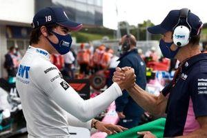 Lance Stroll, Racing Point, es felicitado por un miembro del equipo en parc ferme