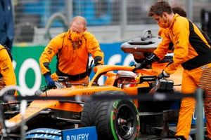 Carlos Sainz Jr., McLaren MCL35, arrive sur la grille
