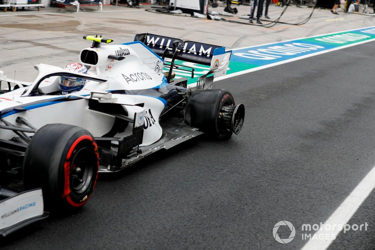 Nicholas Latifi, Williams FW43, entra en los pits con un pinchazo trasero