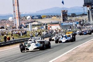 Carlos Reutemann, Williams FW07B Ford,suivi de Alan Jones, Williams FW07B Ford, Didier Pironi, Ligier JS11/15 Ford, et Nelson Piquet, Brabham BT49 Ford