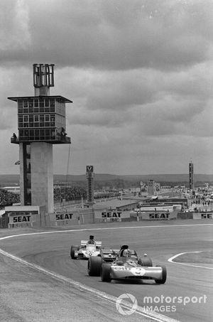 François Cevert, Tyrrell 002 Ford devant Andrea de Adamich, Surtees TS9B Ford