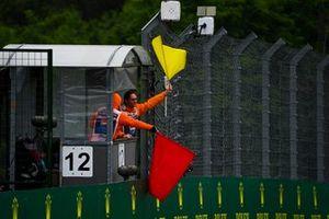 Marshal con le bandiere rossa e gialla