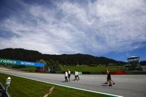 Esteban Ocon, Renault F1 cammina lungo il tracciato