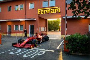 Charles Leclerc verlaat de Ferrari-fabriek