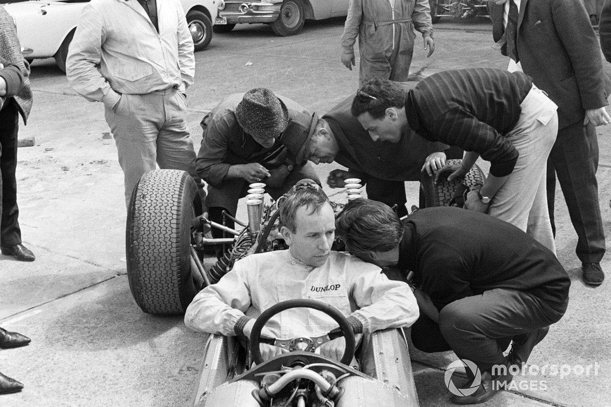 Перед самым стартом в стане Ferrari возникла форменная паника – сломалась форсунка в одном из цилиндров машины Сертиза. Пока одни механики, чертыхаясь, пытались провести с ювелирной точностью ремонт «малолитражки», другие спешно готовили запасную машину. Но Джон был недоволен ей после тренировок и не хотел использовать в гонке