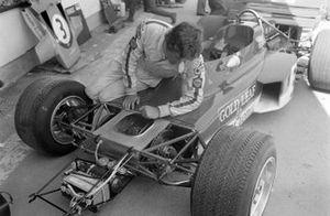 Jochen Rindt sur sa Lotus 72 Ford pour inspecter la suspension et les freins avant