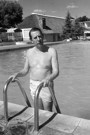 Rob Walker profite de la piscine à l'hôtel