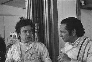 Jackie Oliver y Pedro Rodríguez, B.R.M. P153, conversan en pits