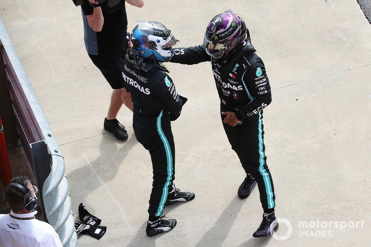 Lewis Hamilton, Mercedes AMG F1, si congratula con il compagno di squadra, Valtteri Bottas, Mercedes AMG F1, per la conquista della poleposition