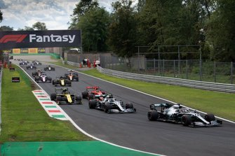 Lewis Hamilton, Mercedes AMG F1 W10, precede Valtteri Bottas, Mercedes AMG W10, Nico Hulkenberg, Renault R.S. 19, Sebastian Vettel, Ferrari SF90, Daniel Ricciardo, Renault R.S.19, e il resto del gruppo, GP d'Italia 2019