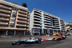 Льюис Хэмилтон, Mercedes AMG F1 W08, и Стоффель Вандорн, McLaren MCL32