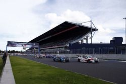 Старт гонки: Джакомо Альтоэ, M1RA, Honda Civic TCR, и Стефано Комини, Comtoyou Racing, Audi RS3 LMS