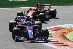 Daniil Kvyat, Scuderia Toro Rosso STR12, Stoffel Vandoorne, McLaren MCL32