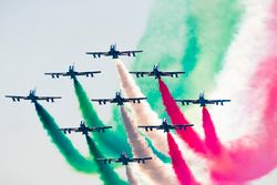 El equipo acrobático italiano de la fuerza aérea en la exhibición, Frecce tricolor a bordo de los av