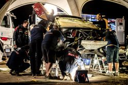 Mechanics working on the car of #106 Peugeot Sport Peugeot 3008 DKR: Stéphane Peterhansel, Jean-Paul Cottret