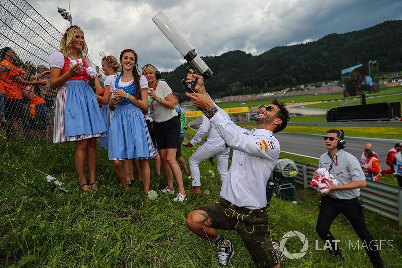 Daniel Ricciardo, Red Bull Racing fires a T-Shirt into the crowd of fans, a T-Shirt gun on the drivers parade