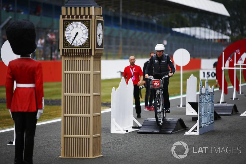 Стоффель Вандорн, McLaren, на велосипеді