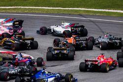 Lewis Hamilton, Mercedes AMG F1 W08, Max Verstappen, Red Bull Racing RB13, Daniel Ricciardo, Red Bull Racing RB13, Valtteri Bottas, Mercedes AMG F1 W08, Stoffel Vandoorne, McLaren MCL32, Sergio Perez, Sahara Force India F1 VJM10, au départ