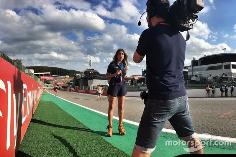 Iker Viana, cámara de televisión de Movistar F1, y Noemí de Miguel, periodista de Movistar F1
