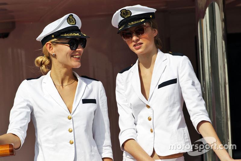 Weibliche Crew an Bord eines Bootes