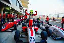 Победитель гонки MRF Challenge Мик Шумахер