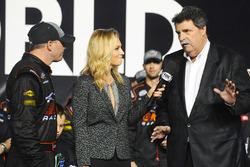 Campeón 2016 Johnny Sauter, GMS Chevrolet Racing, NASCAR Mike Helton de Presidente