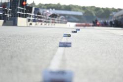 Markierungen für MotoGP-Teams in der Boxengasse