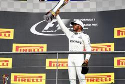Podium : le vainqueur Lewis Hamilton, Mercedes AMG F1, avec son trophée