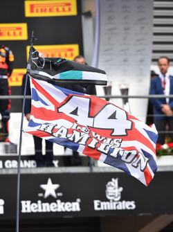 Flagge für Lewis Hamilton, Mercedes AMG F1 am Podium
