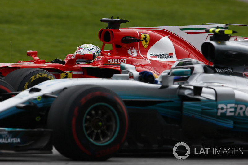 Sebastian Vettel, Ferrari SF70H,menyalip Valtteri Bottas, Mercedes AMG F1 W08