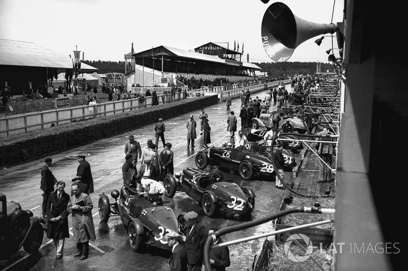 Autos von Aston Martin in der Boxengasse