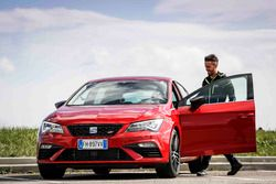 Andrea Dovizioso monte dans sa SEAT Leon CUPRA