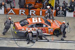 Daniel Suárez, Joe Gibbs Racing Toyota, pit stop
