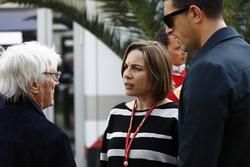 Bernie Ecclestone, presidente honorario de la Fórmula 1, habla con Claire Williams, Subdirector del