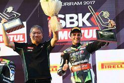 Podium: winnaar Jonathan Rea met Shigemi Tanaka, Kawasaki Racing