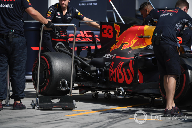 Max Verstappen, Red Bull Racing RB13 y mecánicos