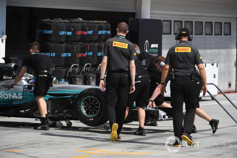 Valtteri Bottas, Mercedes-Benz F1 W08 y los ingenieros de Pirelli
