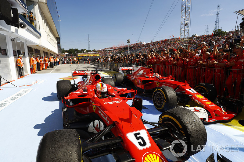 Sebastian Vettel, Ferrari SF70H, Kimi Raikkonen, Ferrari SF70H, si fermano nel parco chiuso dopo la doppietta