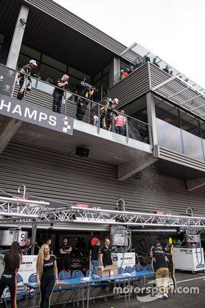 Lando Norris, Carlin Dallara F317 - Volkswagen sabre le champagne
